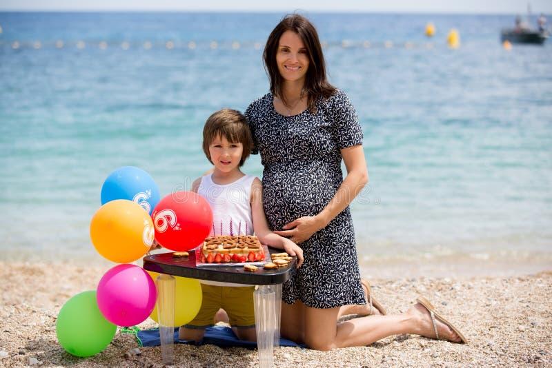 Сладостный маленький ребенок и его беременная мама, празднуя его шестой b стоковое фото rf