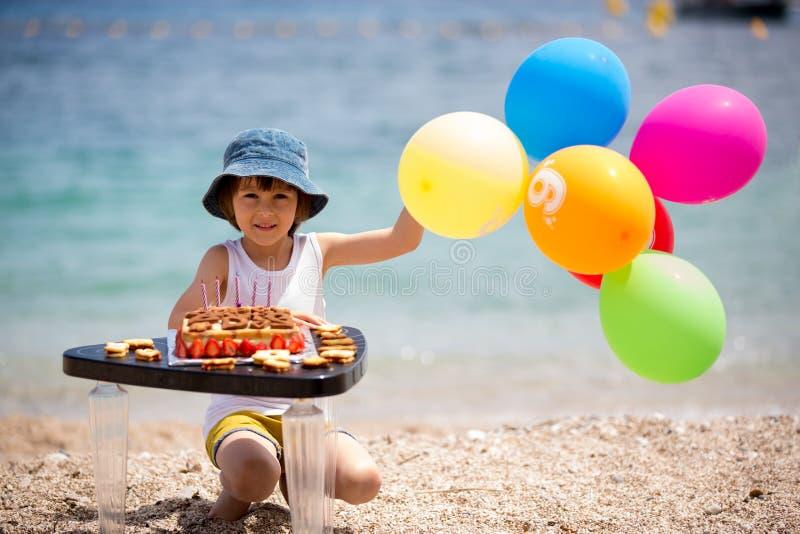 Сладостный маленький ребенок, мальчик, празднуя его шестой день рождения на b стоковые изображения