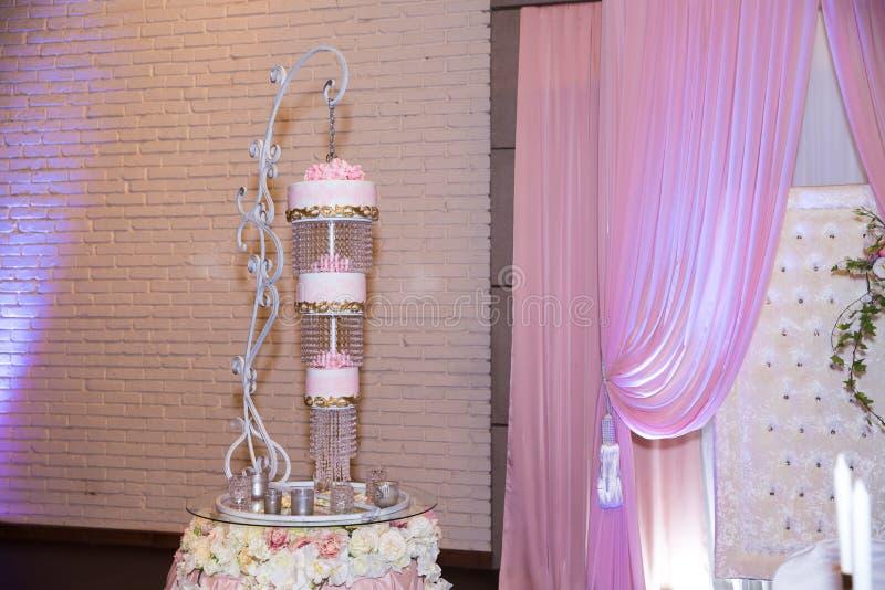 Сладостный многоуровневый свадебный пирог перевернул верхнюю часть для того чтобы основать дизайн стоковое изображение