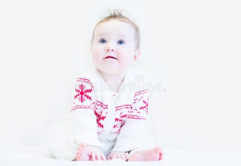Сладостный младенец в бело-красной зиме связал свитер стоковая фотография