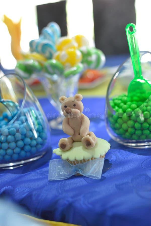 Сладостный плюшевый медвежонок на пирожном дня рождения стоковое фото rf
