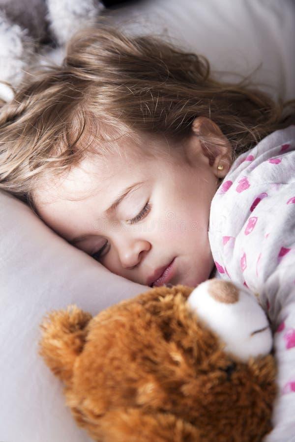 Сладостный ребенок с плюшевым медвежонком стоковое изображение