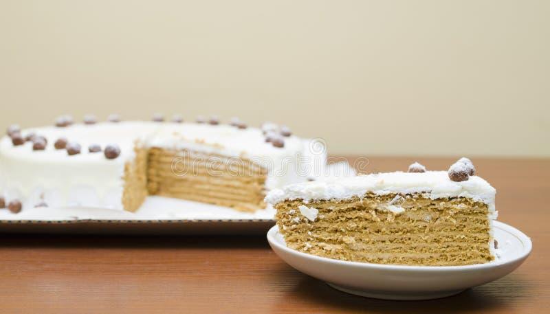 Сладостный торт меда с сливк и гайками стоковые изображения
