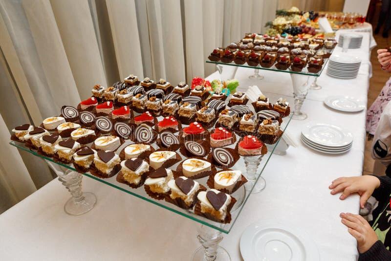 Сладостный шведский стол - шоколадные торты, суфле и швейцарские крены, поставляя еду стоковая фотография rf