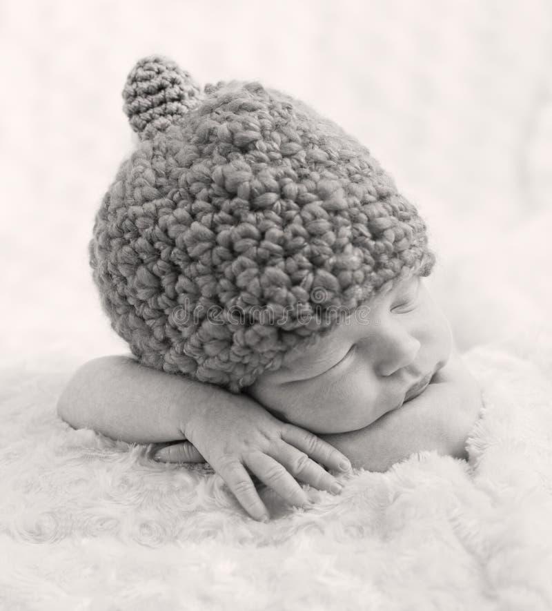 Сладостный newborn спать младенца стоковые изображения rf