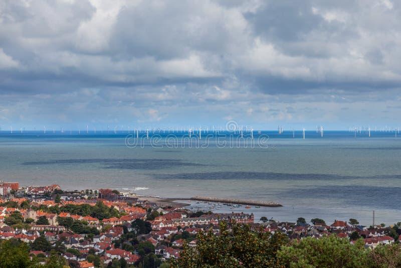 С ветровой электростанции берега стоковые фото