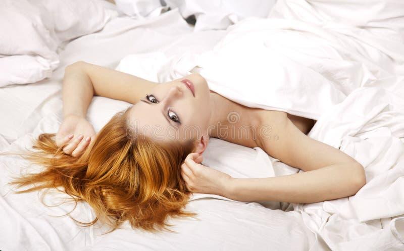 с волосами довольно красная женщина стоковые фото