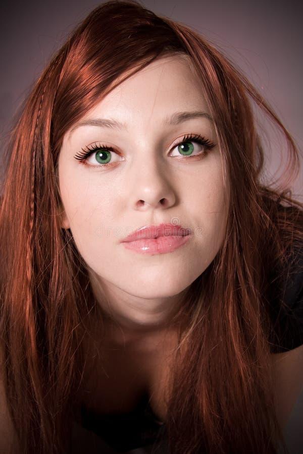 с волосами красные детеныши женщины стоковое фото