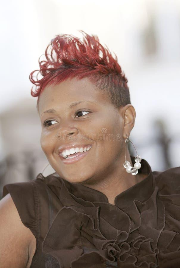 с волосами счастливая красная женщина стоковое изображение