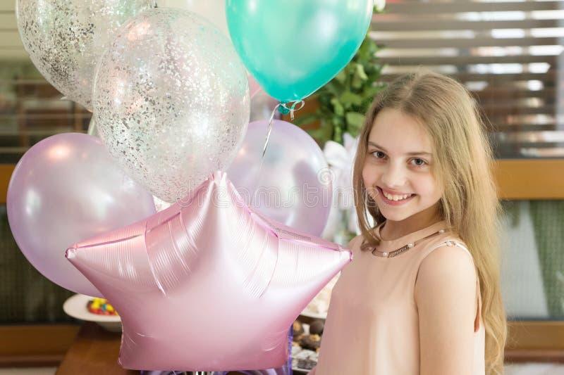 С днем рождения, шикарный Счастливая маленькая девочка празднуя день рождения с воздушными шарами партии Прелестный небольшой нас стоковая фотография rf