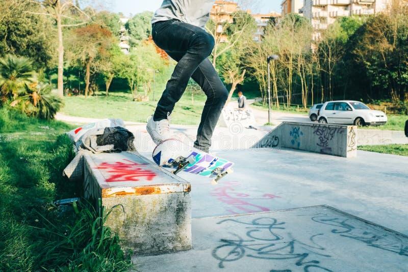 Слегка ударять скейтборд стоковые фото