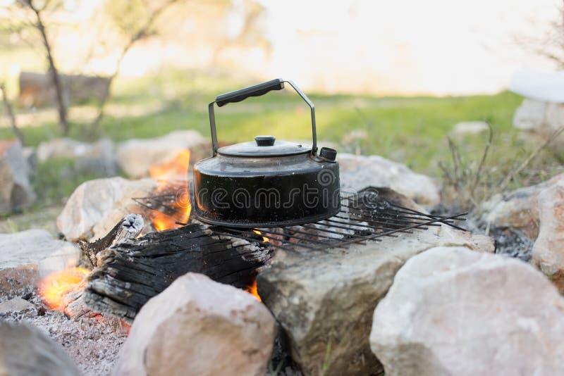 Сделайте чай над открытым огнем стоковые фото