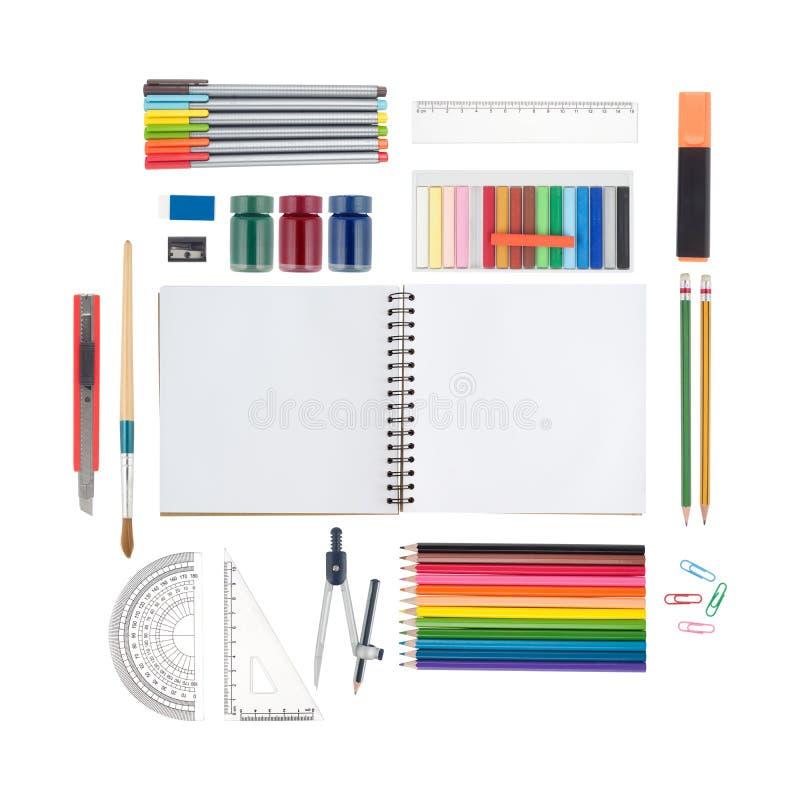 Сделайте эскиз к изолированным инструментам книги и школы или офиса на белых предпосылке и пути клиппирования стоковое изображение