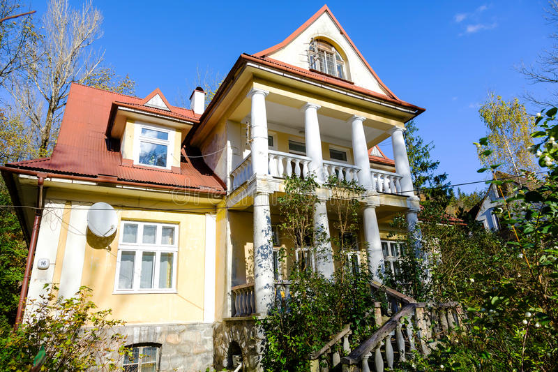 Сделанный из жилого дома кирпича в Zakopane стоковое фото rf