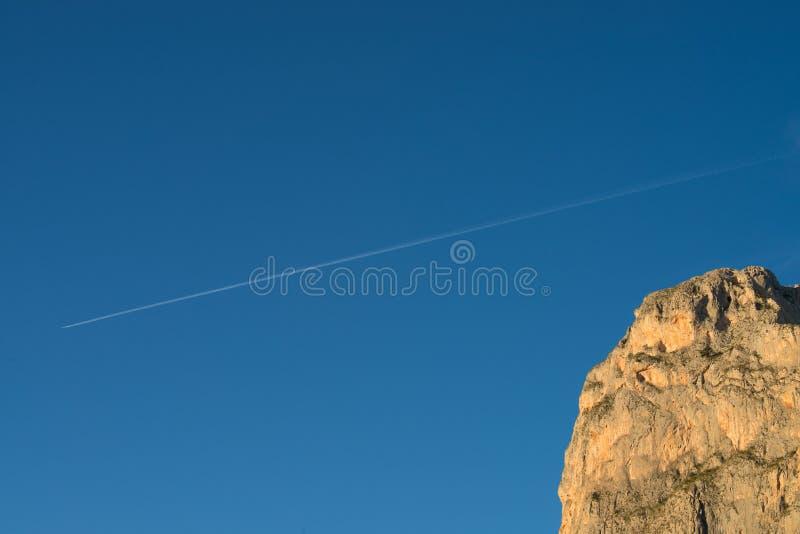 След горы и самолета стоковые изображения rf