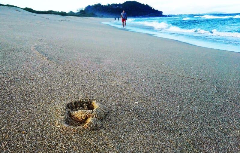 След ноги на пляже Атлантики стоковая фотография