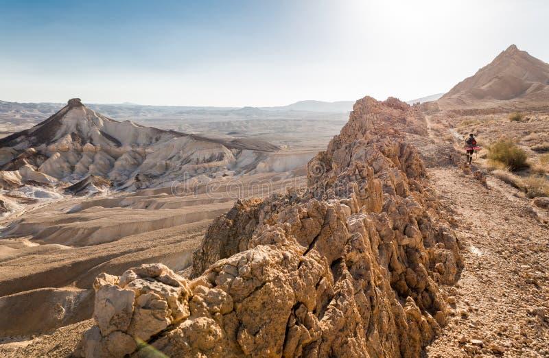 След пустыни гребня горы backpacker женщины идя восходящий стоковые фото