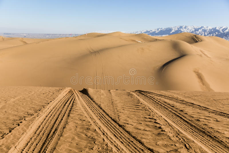 Следы автомобиля на песчанных дюнах в национальном парке Shapotou - Нинся, Китае стоковое изображение rf