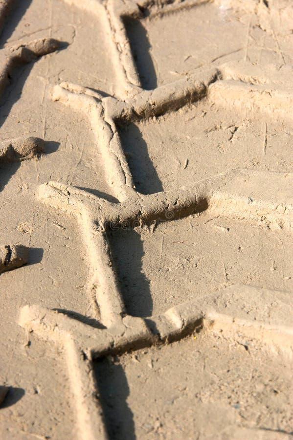 Следы автошины в песке стоковое изображение rf