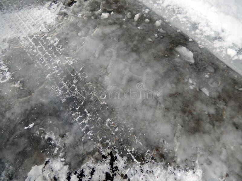 Следы автошины в снеге и льде стоковая фотография rf
