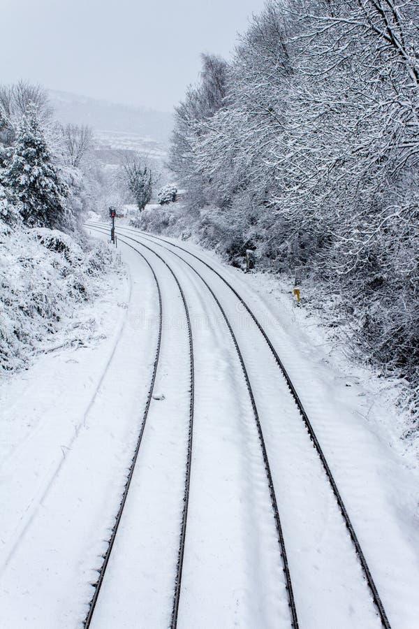 Следы поезда в снежке стоковые фотографии rf