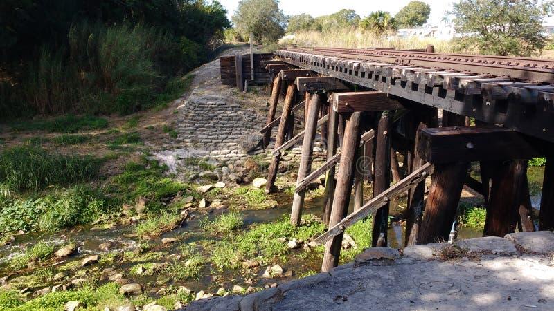 Следы поезда над заводью стоковое фото rf