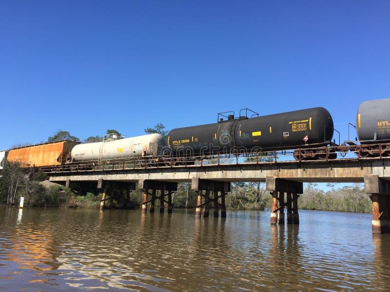 Следы поезда над рекой стоковое изображение