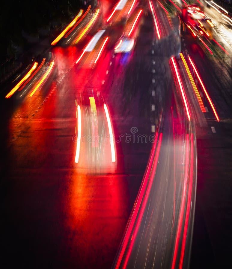 Следы света на улице города на ноче стоковая фотография rf