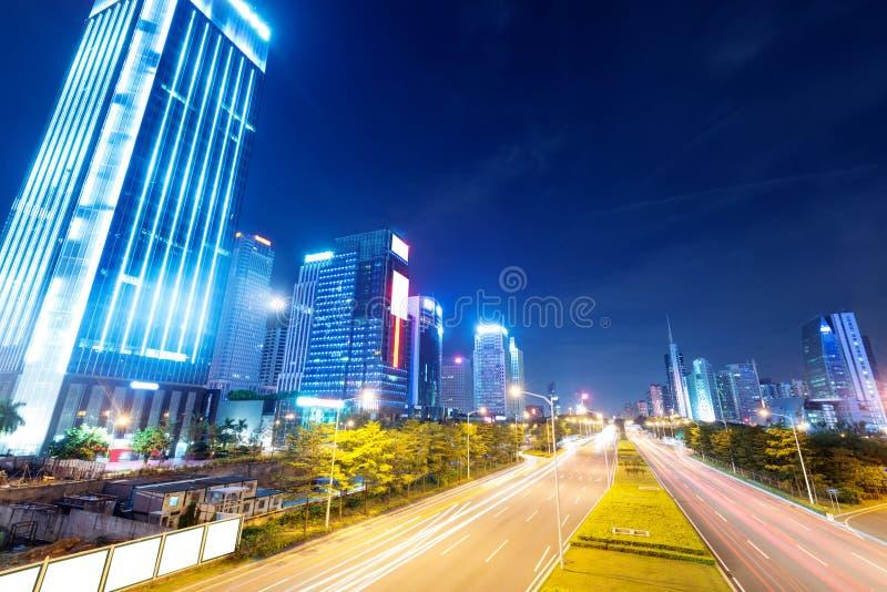 Следы света на улице на сумраке стоковое изображение