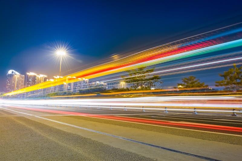Следы света на шоссе города стоковая фотография rf