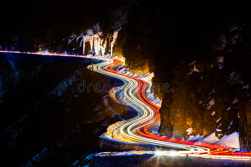 Следы светофора на извилистой дороге гнезда хоука стоковое фото rf