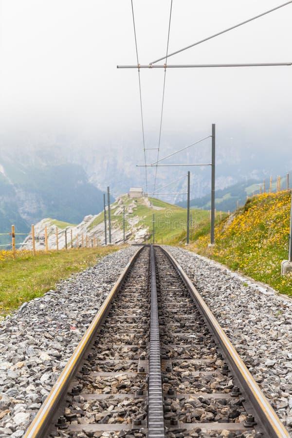 Следы швейцарского поезда cogwheel стоковое фото