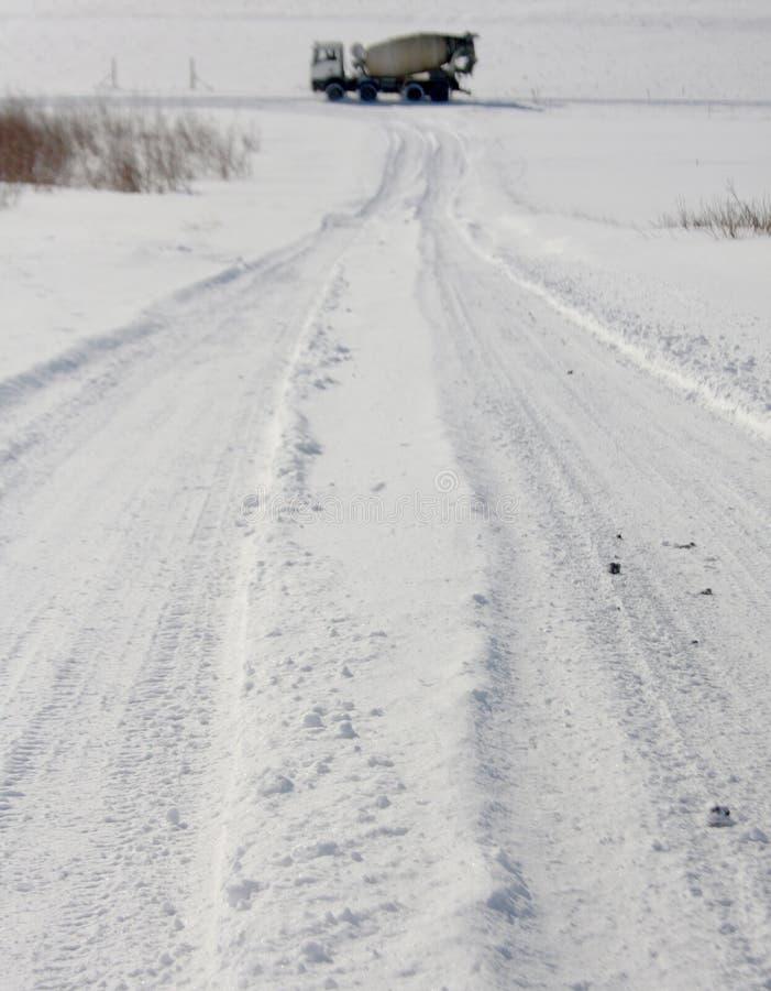 Следы Snowy с смесителем цемента на горизонте стоковые изображения rf