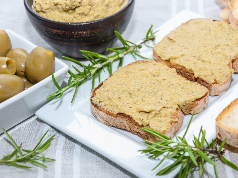 Сливк зеленых оливок с хлебом стоковое изображение rf