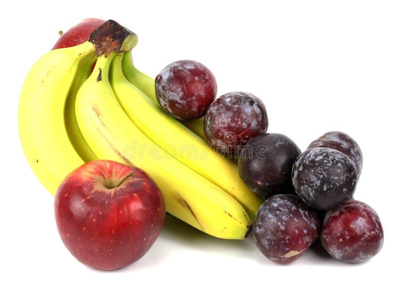 Сливы яблок бананов на белой предпосылке стоковая фотография rf