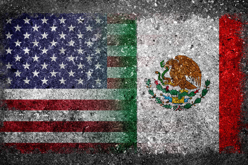Слитые флаги США и Мексики покрашенных на бетонной стене стоковая фотография