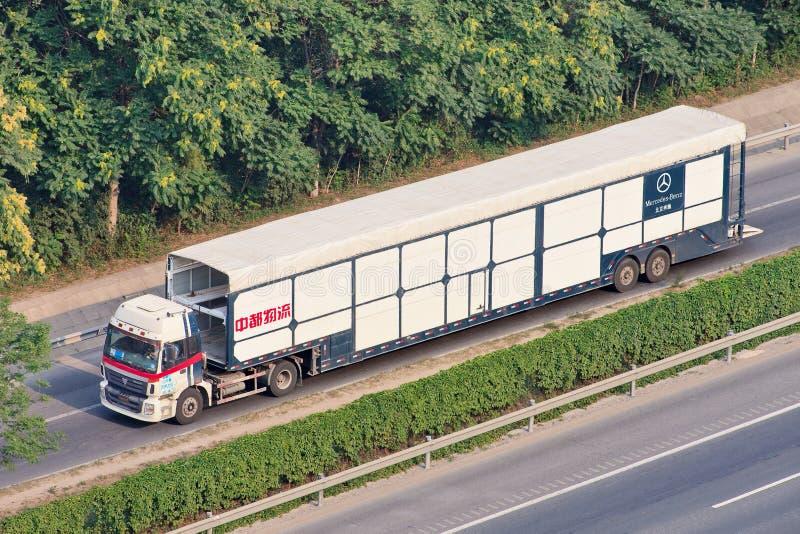 Слишком большая несущая автомобиля Мерседес-Benz, Пекин, Китай стоковое изображение