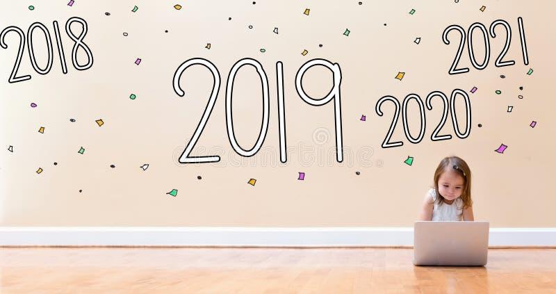 2019 с маленькой девочкой используя ноутбук стоковое изображение