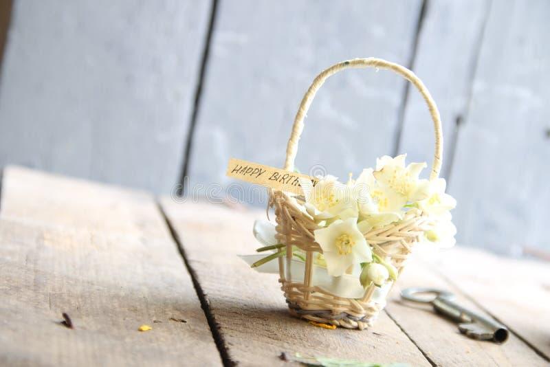 С днем рождения текст и цветки стоковая фотография