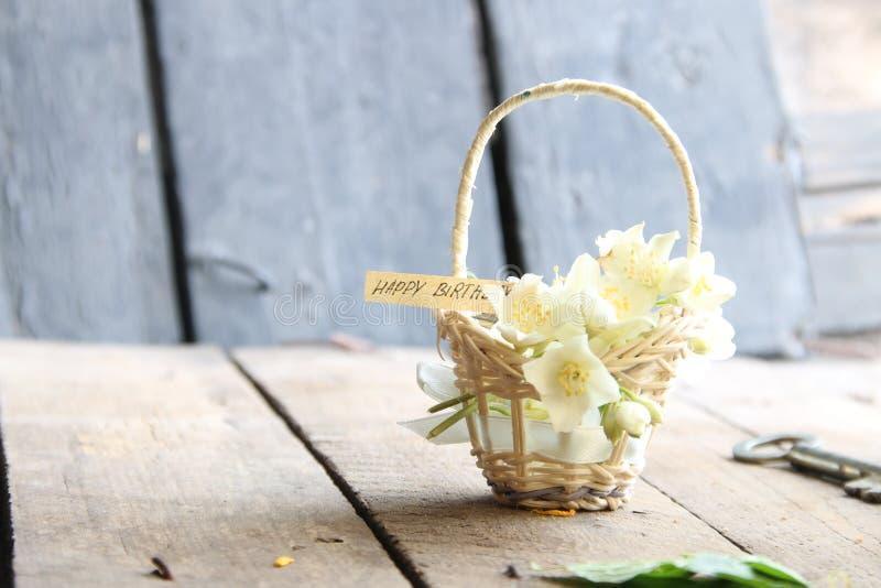 С днем рождения текст и цветки стоковое фото rf