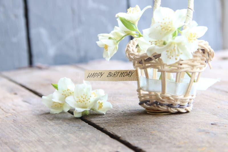 С днем рождения текст и цветки стоковые изображения rf