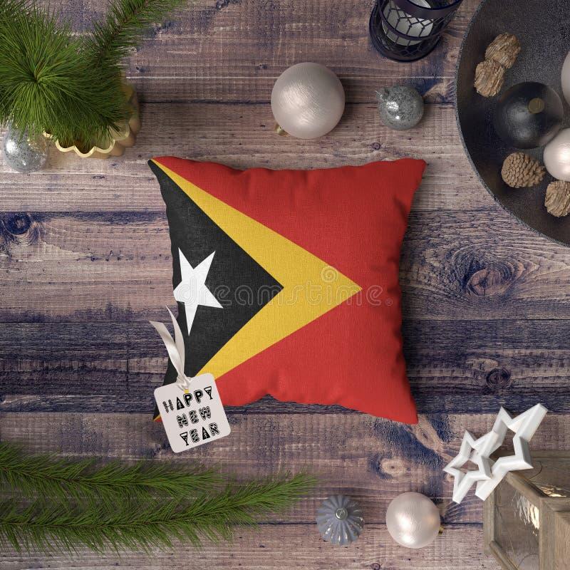 С Новым Годом! бирка с флагом Восточного Тимора на подушке r стоковые фото