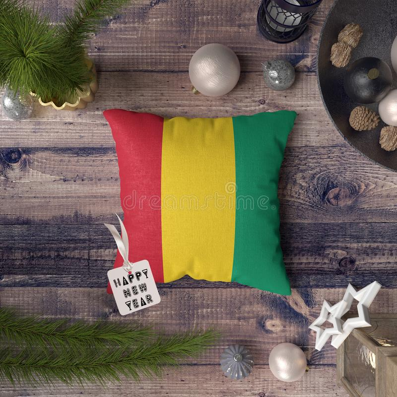 С Новым Годом! бирка с флагом Гвинеи на подушке r стоковое фото rf
