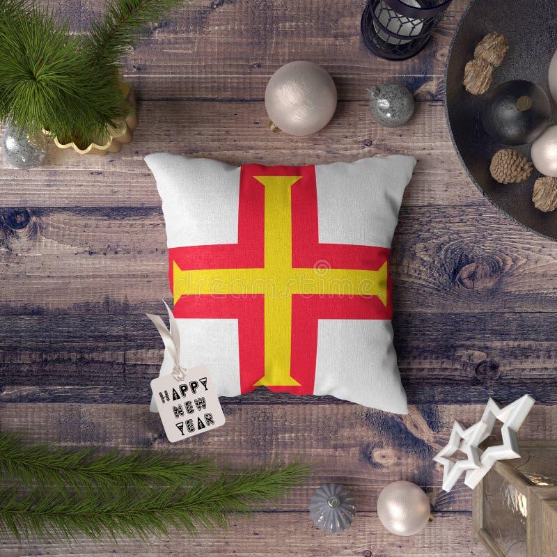 С Новым Годом! бирка с флагом Гернси на подушке r стоковые фото