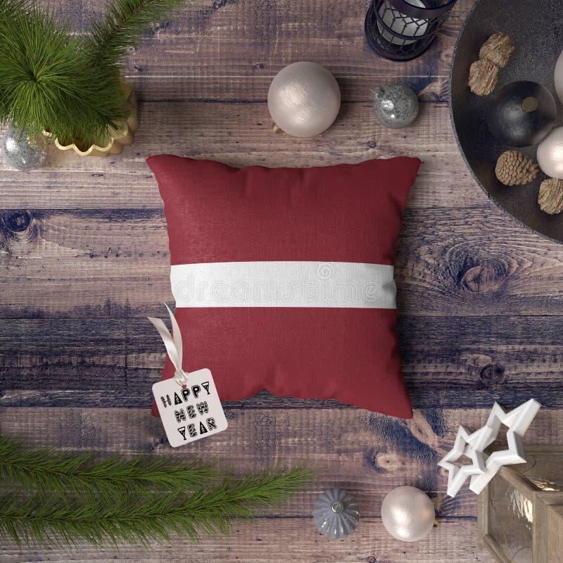 С Новым Годом! бирка с флагом Латвии на подушке r стоковое изображение