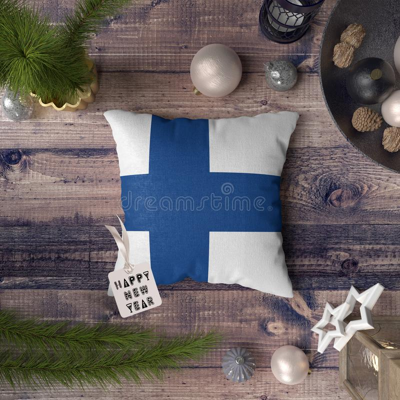 С Новым Годом! бирка с флагом Финляндии на подушке r стоковые изображения rf