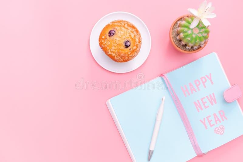 С Новым Годом! концепция, стол места для работы ввела канцелярские товары и кактус в моду дизайна на стиле розовой пастельной пре стоковые фото