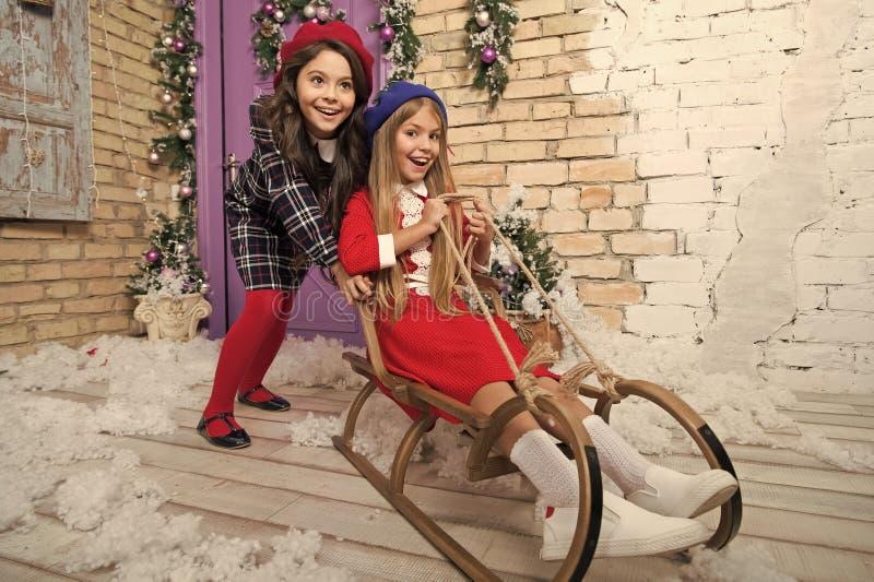 С Новым Годом! к вам E r Рождественская елка и настоящие моменты покупки xmas онлайн r _ стоковая фотография
