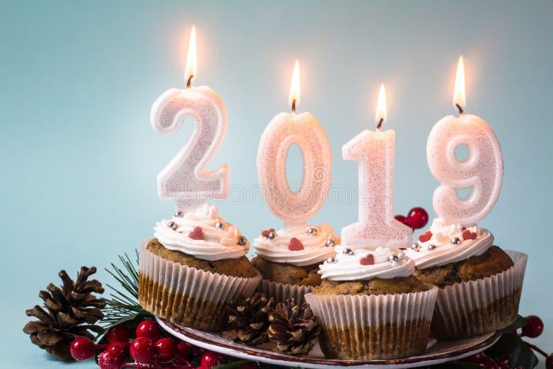 С Новым Годом! 2019 пирожных со свечами освещения стоковая фотография