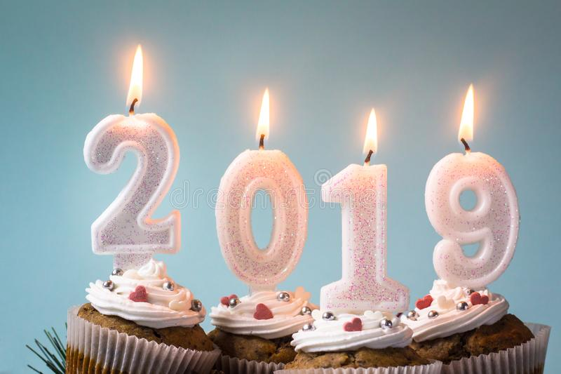 С Новым Годом! 2019 пирожных со свечами освещения стоковое изображение